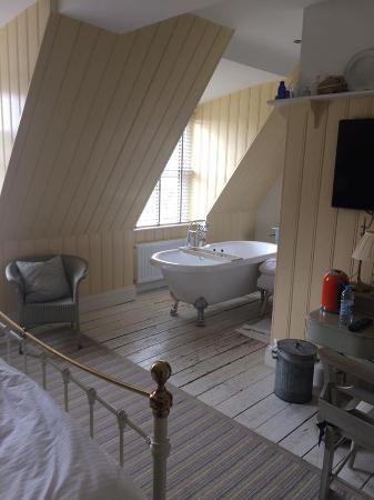 Lovely Lulworth Cove Inn: Beautiful Roll Top Bath In The Bedroom!