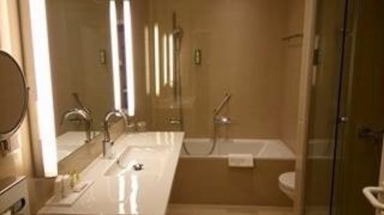 salle de bain douche plus baignoire foto di the harmonie vienna vienna tripadvisor. Black Bedroom Furniture Sets. Home Design Ideas