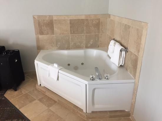 Hampton Inn Sevierville: Hot Tub in room