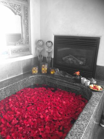 Absolute Nirvana Spa & Gardens: Soaking bath with roses