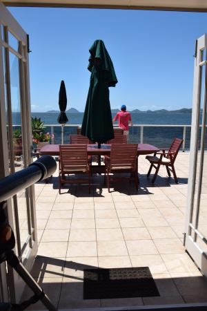 The Mitchells Waterfront Bed & Breakfast: Breakfast on the patio - generous & delicious.
