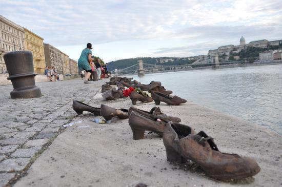 Hotel Pension Helios: Budapest shoe monument