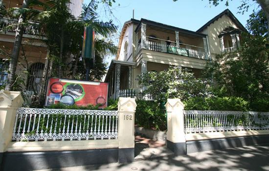 The Original Backpackers Hostel : Classic Victorian House in tree-lined street