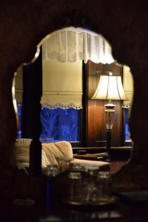 Queens Landing Guest House B&B: In the mirror