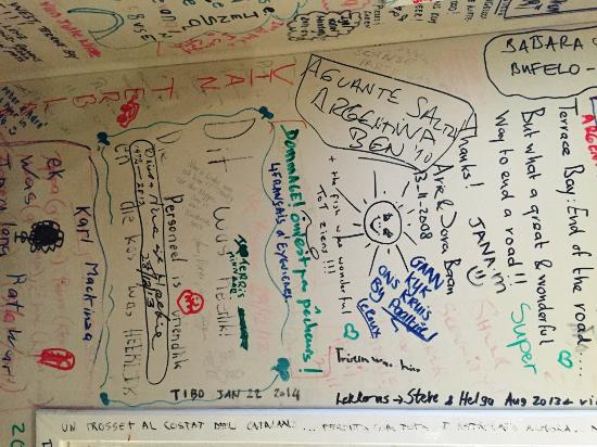 NWR Terrace Bay Resort: The walls and the ceiling of the restaurant are covered by hundreds of testimonials of the visit