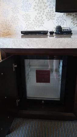 Crimson Hotel Filinvest City, Manila: small empty fridge doesnt cool much