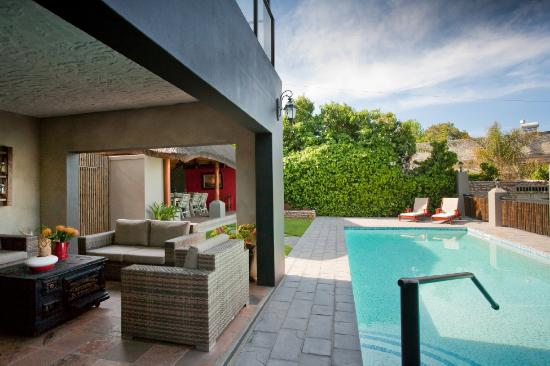 Miles B&B Guest House: Swimming Pool