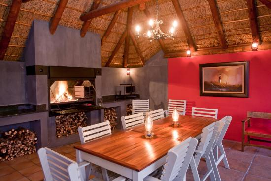 Miles B&B Guest House: Braai Facilities at Swimming Pool