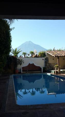 Hotel Casa del Parque: Breakfast poolside