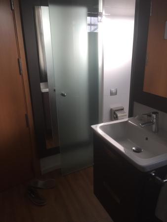 Transit Hotel: Doors to bathroom
