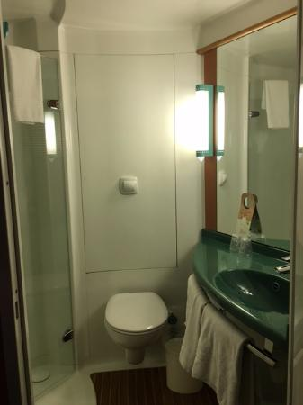 Ibis Valencia Bonaire : Vista del baño