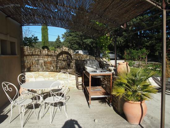"""Velleron, Γαλλία: La terrasse privative du gite """"Le Ferronnier"""" avec le barbecue"""