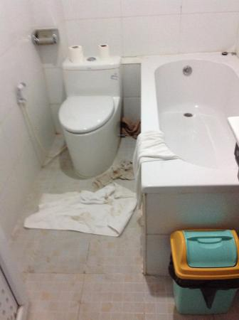The Floral Breeze Hotel Bagan: Flooded Bathroom, Water Pushed Back To Drain  Behind Loo