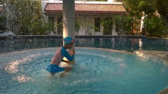 Baanmontra Beach Resort: สระว่ายน้ำ