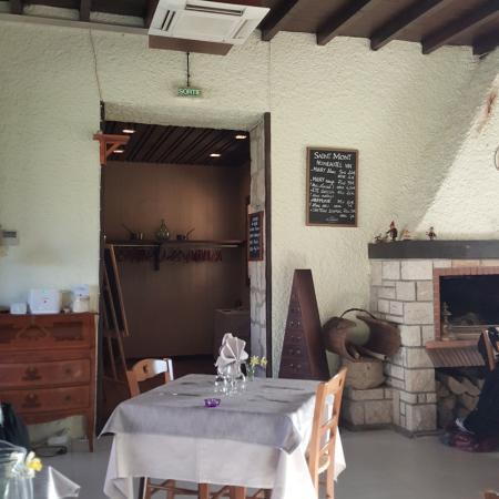 Maubec, France: Vue salle et entrée