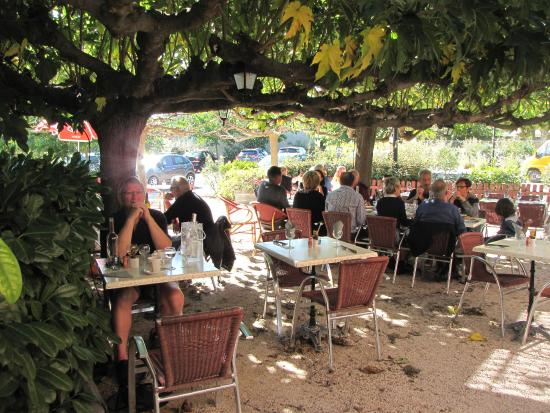 Roaix, Francia: Lunch in de tuin