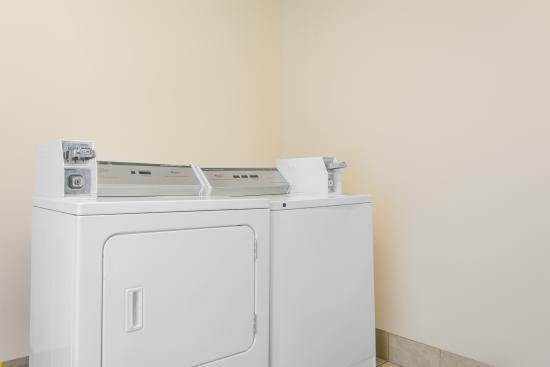 Days Inn Roanoke Near I-81: laundry area