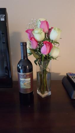 Hume, VA: We had fresh flowers and wine waiting in our room for us upon arrival.