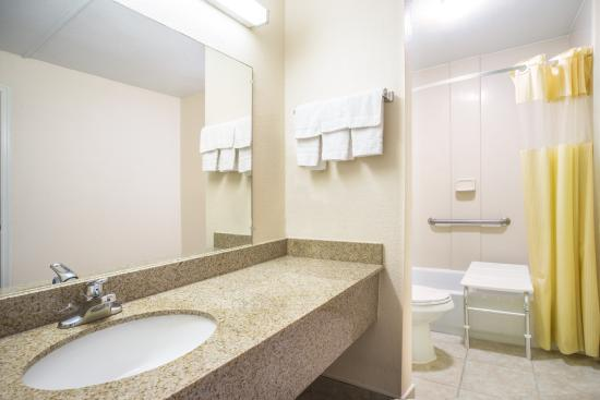 Days Inn Roanoke Near I-81: ada bath