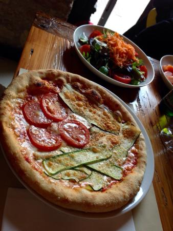 ... Pizza with Mozzarella, gorgonzola, walnuts and dark uva (grapes
