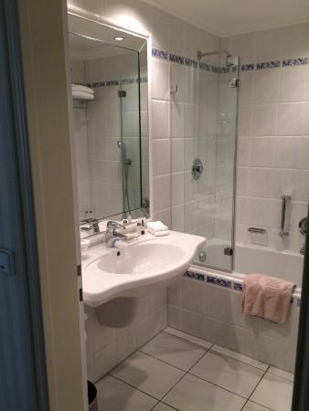 Bad mit Wanne/Dusche Kombi - Bild von Hotel Nassauer Hof, Wiesbaden ...