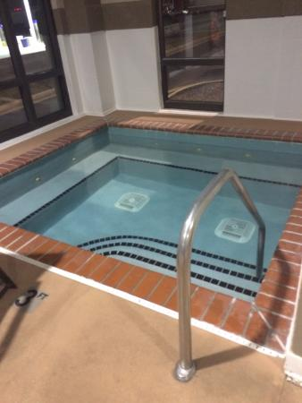 Holiday Inn Express Harrisonburg : Hot Tub that was ice cold