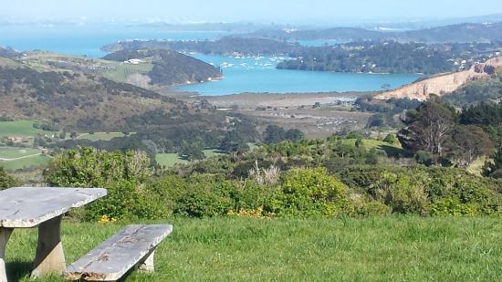 Isla Waiheke, Nueva Zelanda: Stunning views descending into Awaawaroa