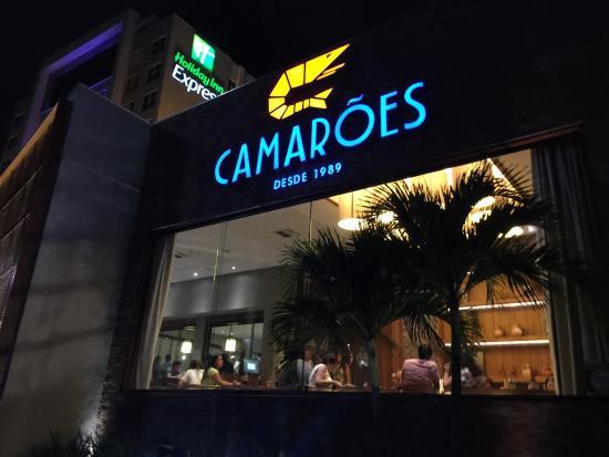 Holiday Inn Express Natal Ponta Negra: Restaurante Camarões ao lado do hotel.