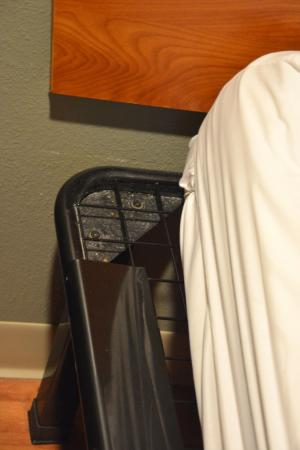 WoodSpring Suites Akron: Not a good sleep and the bed frame is dirty