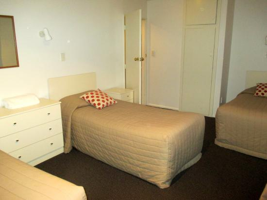 Casino Court Motor Lodge : Second bedroom with 3 single beds