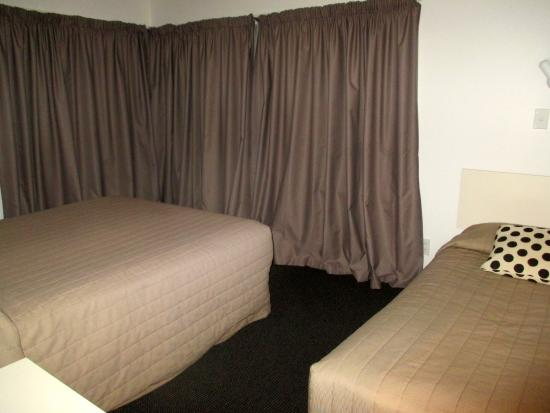 Casino Court Motor Lodge: Main bedroom with Q & single beds