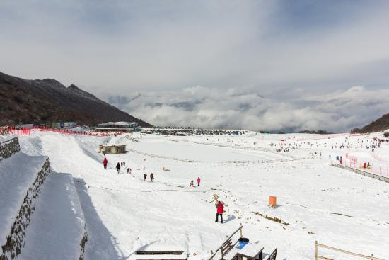 Taiziling Ski Resort: The fun slope area with the lower snow centre on the left