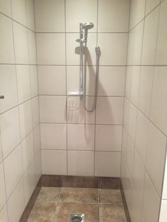 Sounds Vista Bed & Breakfast: Dusche nicht fest an der Wand angeschraubt wie in anderen Hotels