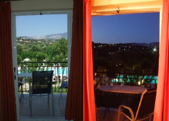Pythos Studios & Apartment Hotel: Pythos studios by day and night - balcony room