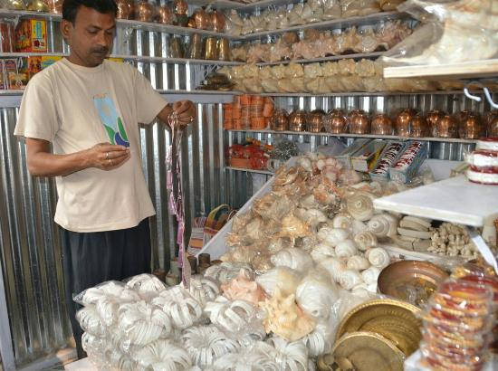 Digha, India: Conch item Shop