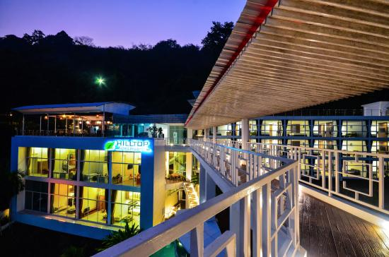 Hilltop Hotel by the Lantern Group: Nice Hotel structure at night