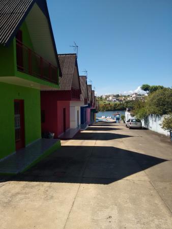 Pousada Praia do Sol : Vista do estacionamento para a represa