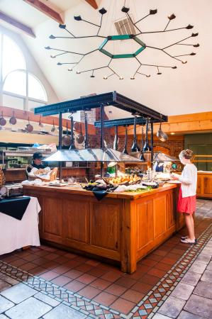 Highland Lake Inn & Resort Hendersonville: Complimentary breakfast buffet with cabin, lodge, and woodward house rooms.