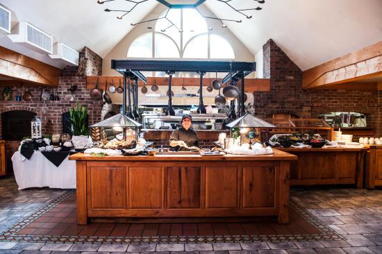 Highland Lake Inn & Resort Hendersonville: Breakfast is served with a smile