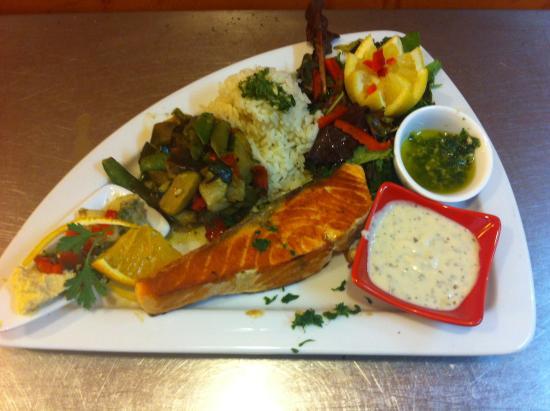 Chez Nina : pavé de saumon et c'est légumes griller suivie d'une sauces citron maison.