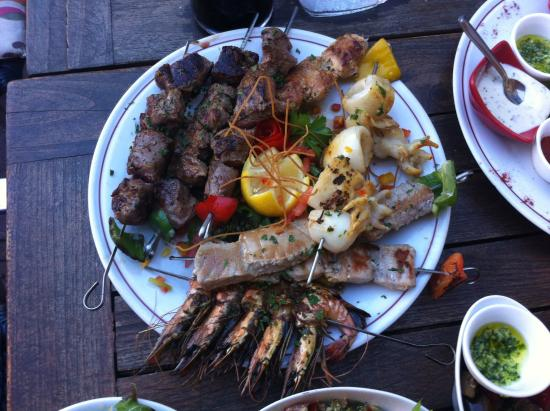 Chez Nina : brochette agneau-magret-bœuf-thon-gambas-poisson-sèche.