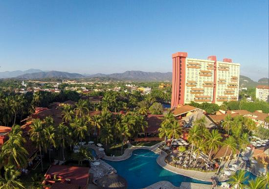 Holiday Inn Resort Ixtapa: Tower and Pools