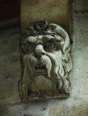 Paris, França: Architectural Carvings on Bridge over Seine River
