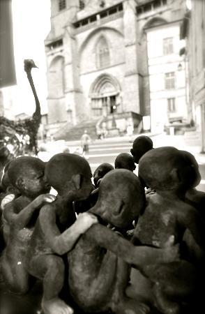 La Chaise-Dieu, France: le Cabinet des Curiosités Symbialys juste en face de l'abbaye et des danses macabres