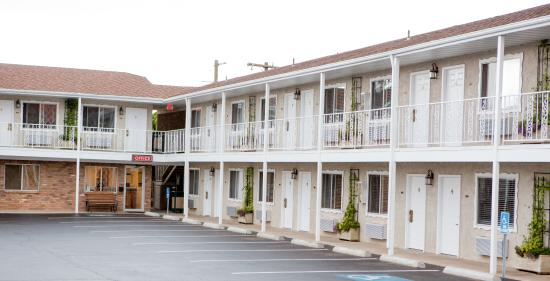 Chalet Motel: Exterior