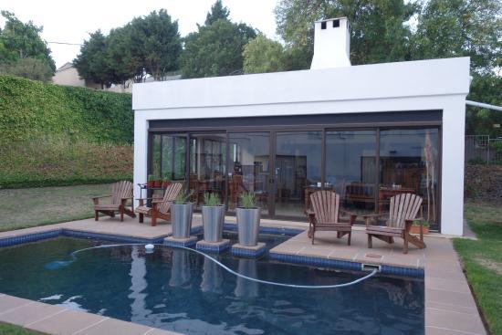 Welgemoed, Sudáfrica: Pool and breakfast room.