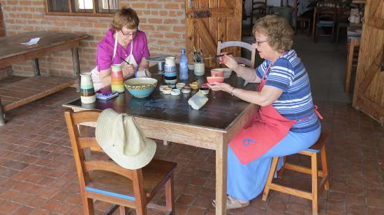 Nkhotakota, Malawi: Guests decorating pots at Training Workshop