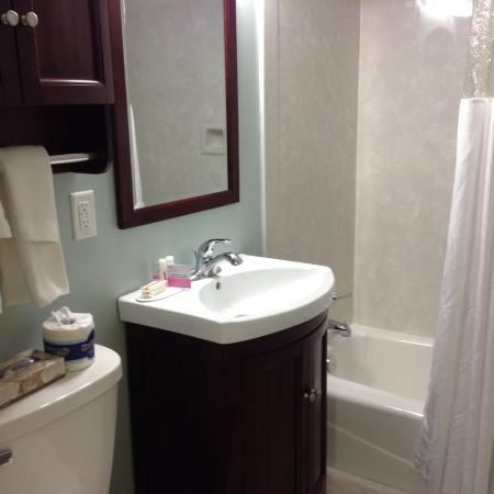 bathroom picture of days inn by wyndham kill devil hills rh tripadvisor com