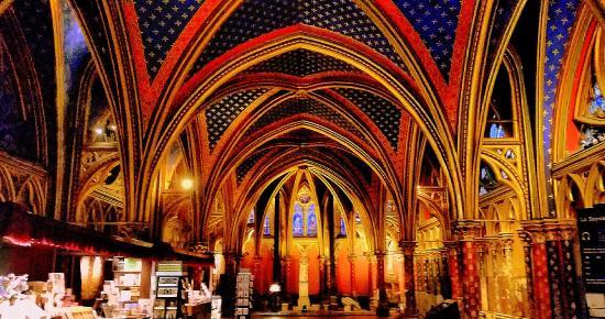 Paris, França: Observe que cores lindas no interior de Sainte-Chapelle