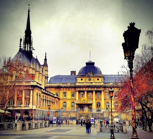 Paris, França: Sainte-Chapelle é o prédio à esquerda da imagem
